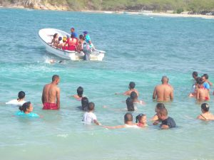 swimmers and boaters off the Buen Hombres beach
